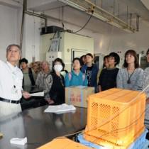 加工施設の衛生管理について説明する本橋さん(左)=17日、瀬戸内町