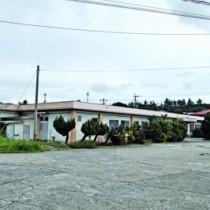 与論町新庁舎建設予定地の旧町立診療所=23日、与論町