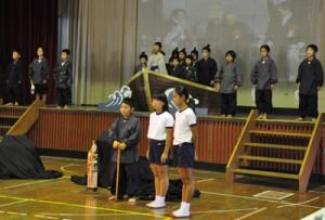 島口劇「母間騒動千年物語」を熱演した児童ら=4日、母間小学校体育館