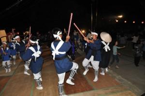 特設ステージで大蛇踊りを披露する子どもたち=12日、知名町上平川