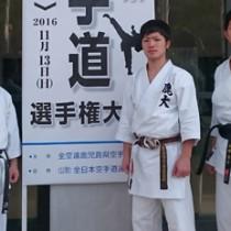 成年男子形の部で22連覇した心道館Aの(左から)中山晋平、森永健人、猜都勇介=提供写真