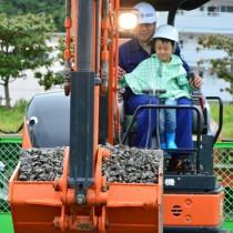 子どもたちがさまざまな職業体験をしたおしごとテーマパーク=20日、名瀬観光船バース