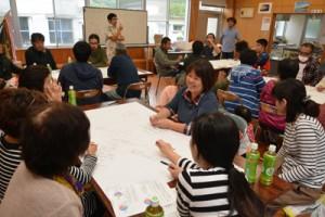 国直集落の住民らが集落の目指す将来像を探った「きょらじまづくりワークショップ」=27日、大和村