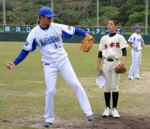 三上朋也投手から投球指導を受ける中学生=12日、名瀬運動公園市民球場