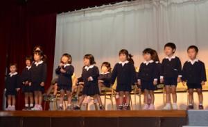 カイコ飼育体験の感想を発表する赤木名小付属幼稚園園児=10日、奄美市名瀬