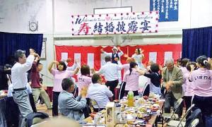 地域住民ら約140人が出席して盛り上がった結婚披露宴=19日、瀬戸内町薩川