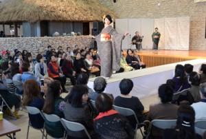 龍郷柄の華やかな振り袖も登場したきものショー=27日、奄美市笠利町