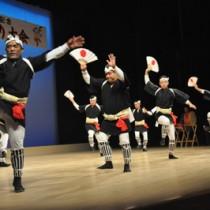 扇子を手に踊る国頭ヤッコ(左)、フィナーレを飾った正名ヤッコ=27日、知名町