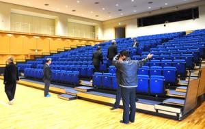 生涯学習の拠点施設として舞台設備や可動式の客席を備えた研修室