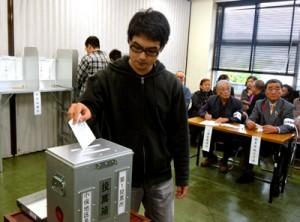 奄美情報処理専門学校の学生が模擬投票を体験した「学生のための選挙講座」=19日、奄美市名瀬