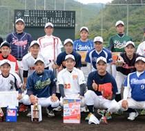 大会2連覇した上方のメンバー=4日、名瀬運動公園市民球場