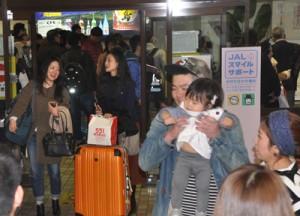 帰省ラッシュで混雑する到着ロビー=29日、奄美市笠利町の奄美空港