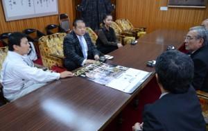 朝山市長に巡業開催について語る(写真右から2人目の)近藤さんと(同右の)元さん=6日、奄美市