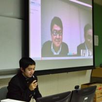 インターネットを利用して鹿児島大学大学院の教授からアドバイスを受ける久保君=20日、大島高校