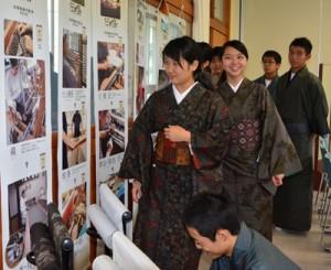 大島紬の製造工程や着付けを学んだ生徒たち=6日、古仁屋高校