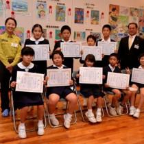 「やせいのいきもの絵画展」で入賞した子どもたち=17日、大和村の奄美野生生物保護センター