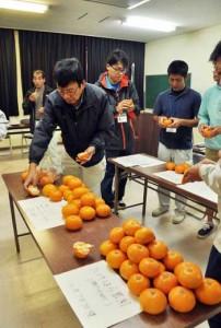 試食で奄美産「津之輝」の特徴を把握し、出荷への課題抽出などを図った検討会=9日、奄美市名瀬