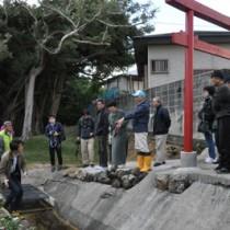 世界自然遺産トレイルのコース候補地を歩いて魅力を体感した参加者ら=17日、徳之島町金見
