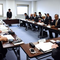 運航費補助の対象路線を決めた離島航空路線協議会=21日、鹿児島市の県庁