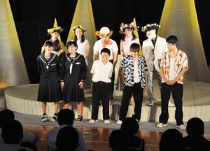 生徒らもエキストラとして出演した劇団「道化」の舞台公演=7日、東天城中学校