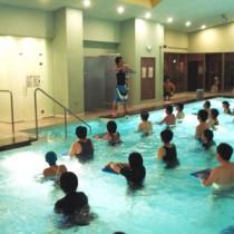 健康効果が高い水中運動=タラソ奄美の竜宮(提供写真)