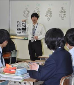 徳之島の観光政策などについて生徒とともに考察した永田教授=2日、徳之島高校
