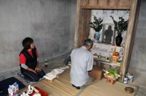秋葉神社で集落の防火を祈願する住民=2日、宇検村阿室