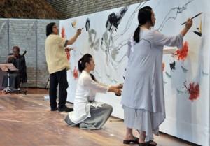 島唄に合わせ、曽さん父娘が水墨画を描いたライブペインティング=25日、奄美市笠利町の県奄美パーク