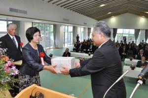 環境美化部門褒賞を受けた(左から)朝戸弘文氏、春美氏の夫妻=9日、和泊町