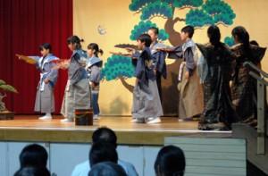 町内の小学生が方言で演じた狂言「附子」の舞台=10日、喜界町