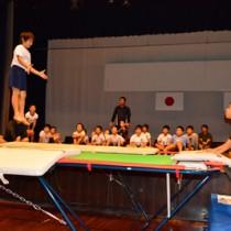 トランポリンを使った体幹トレーニングを体験した児童ら=11月30日、瀬戸内町