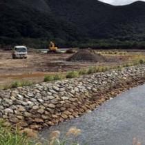 氾濫による水害防止へ護岸整備などが進む住用川の工事現場=奄美市住用町