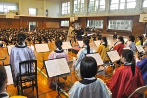 児童の指揮者体験などもあった大島高校吹奏楽部演奏会=20日、和泊町立和泊小学校