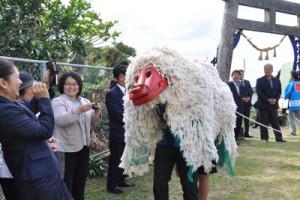 世之主神社大祭典で境内を練り歩く獅子舞=8日、知名町下城