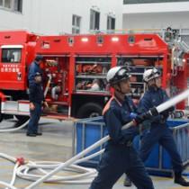 新ポンプ車の放水性能を披露する消防署員ら=30日、住用消防分駐所