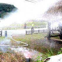 「文化財防火デー」に合わせて大和村教育委員会が実施した防火訓練=26日、大和浜の群倉