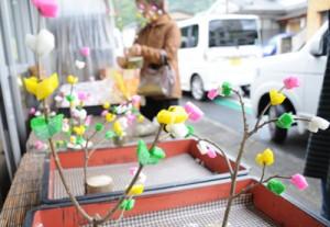 小正月を前に、店先に並んだ「ナリムチ」=13日、奄美市名瀬