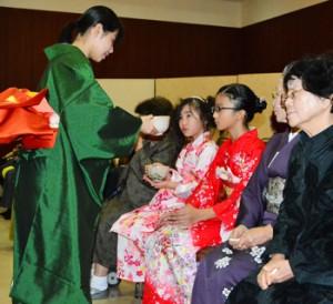 新春の茶を楽しむ出席者=15日、奄美市名瀬