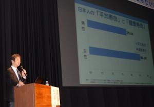 脳卒中の原因や予防法について講演する松岡医師=29日、奄美市