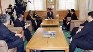 三反園知事(中央)にロケ誘致を要望する徳之島の関係者=30日、鹿児島市の県庁