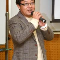 奄美の妖怪ケンムンにスポットを当てて講話した町健次郎さん=14日、県立奄美図書館