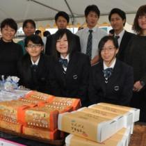 特産品のジャガイモ、タンカンを使った菓子を開発した徳之島高校の生徒ら