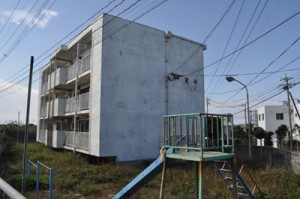 与論町が移住定住促進住宅として活用する九州電力の旧与論アパート=17日、与論町立長