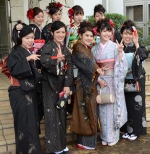 需要回復には紬の良さを肌で感じる着用体験も鍵の一つ。写真は龍郷町成人式=3日、りゅうゆう館
