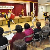 和泊字文化芸能祭で伝統エイサーを披露する与論島ゆんぬエイサー=22日、和泊町防災拠点施設やすらぎ館