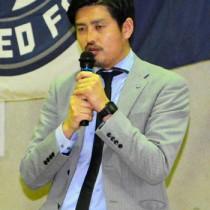 鹿児島ユナイテッドFCの登尾顕徳ゼネラルマネジャーが来校した立志式講演会=20日、龍南中学校