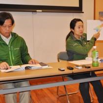 マングースの化学的防除事業の導入について説明する環境省の関係者=24日、大和村