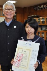 入賞した仲座さん(右)と審査委員長の石田さん=11日、知名町立知名中学校