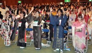 新成人88人が出席し、門出を祝った瀬戸内町の成人式=4日、瀬戸内町清水