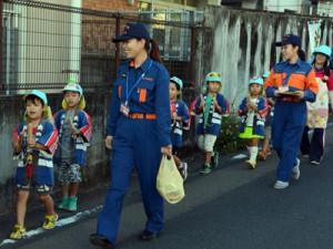町内保育所の児童らと火の用心を呼び掛ける女性団員ら=昨年11月、瀬戸内町古仁屋